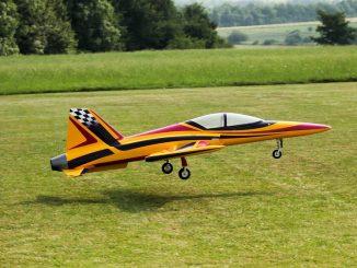 Ein Modellflugzeug, das gerade abhebt