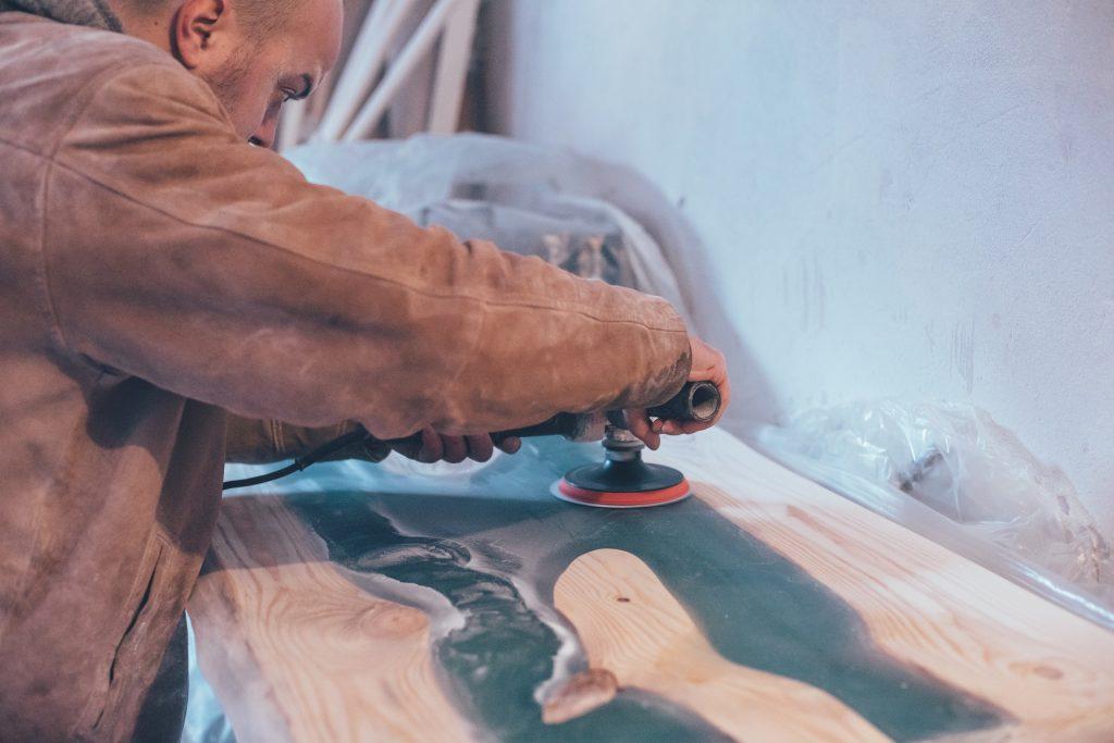 Epoxidharz Tisch selber bauen: Handwerker bei der Arbeit
