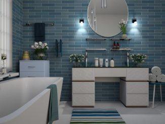 Badezimmer mit Fliesen, die mit Epoxidharz beschichtet und versiegelt werden sollen